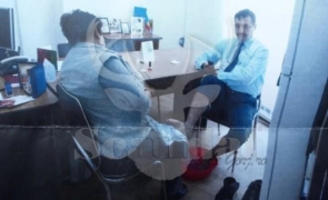 Fițe de liberal? Un director de Primarie a pus femeia de serviciu să-i facă pedichiura