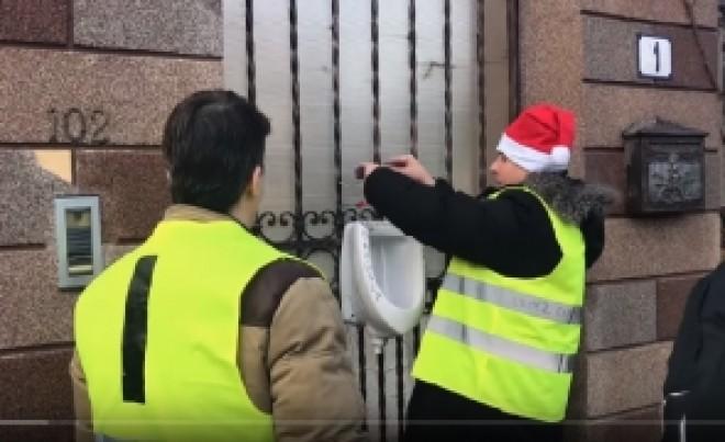 Incident filmat acasă la Bădălău: Protestatarii #Rezist i-au agățat un closet de ușă - VIDEO FOTO