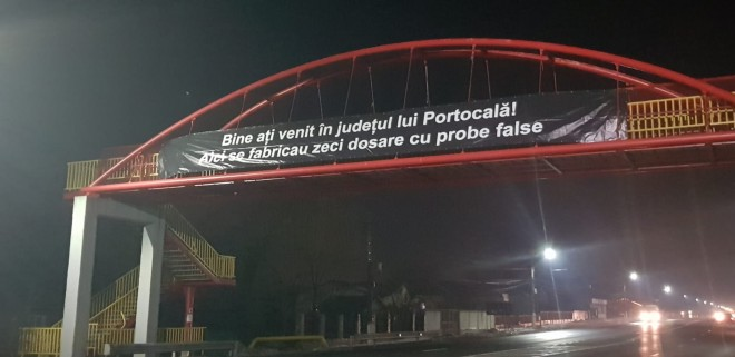 """Bine ati venit in judetul lui Portocalã!"". Bannere uriase, montate pe DN1 de persoane necunoscute"