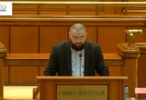 Nu, nu e o imagine din Parlamentul Afghan! E Dan Radulescu, fiert pe moda, in Parlamentul Romaniei