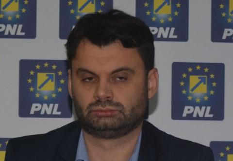 Vai, ce ȚEAPĂ si-a luat Dobre, pe facebook! Adriane, rad si curcile de tine, copie nereusita a lui Iohannis ce esti!