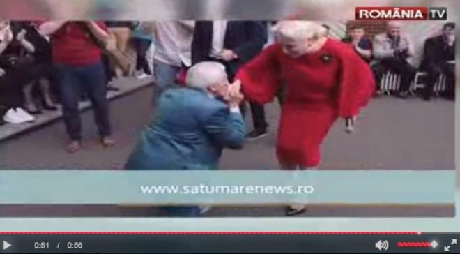 Un bărbat i-a făcut declaraţii de dragoste, în genunchi, Vioricăi Dăncilă. Cum a reacţionat premierul VIDEO