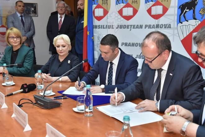 Contract important semnat la CJ Prahova de Bogdan Toader și reprezentanții firmei Solid Waste Operation în prezența Vioricai Dancila