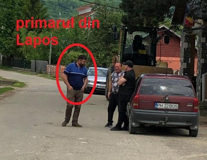 Tentativa de influentare a alegatorilor, in comuna Lapos. PRIMARUL Dumitru Constantin Tirlea sta in fata sectiei de vot si indruma alegatorii