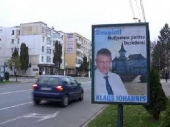 Afise electorale cu Iohannis au impanzit Ploiestiul. Nu suntem in campanie, deci, e legal?