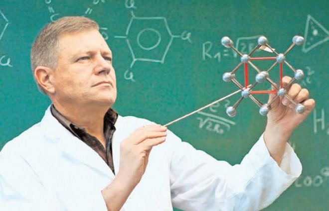 """Romania """"normala"""" a lui Klaus! Iohannis isi tine REZERVATA catedra de Fizica de la Sibiu, dar acuza profesorii care fac cumul de functii"""