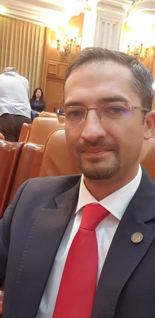 Deputatul PSD Prahova Andrei Nicolae prezinta, cu umor, LIVE TEXT de la motiune