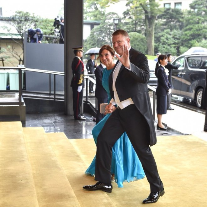 La plimbare pe banii nostri, in haine scumpe, cu avioane private! Iohannis si nevasta, la Tokyo, in timp ce Romania e in criza