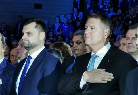 WOW! Iohannis a venit la Ploiesti si ne-a convins sa-l votam: a plantat un pom!