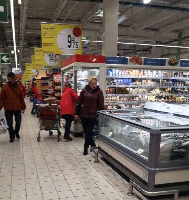 Viorica Dancila, suprinsa la cumparaturi in Ploiesti, la Carrefour