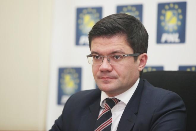 Campionii de la Peneleu! Șeful de la Apele Române l-a numit director pe cumătrul ministrului Mediului, deși e suspect în două dosare la DNA
