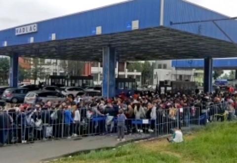 HAOSUL de la vămi CONTINUĂ: românii stau ore în ȘIR la COZI și sunt plimbați prin vămi închise/ PNL nu reacționează la chinurile diaspora