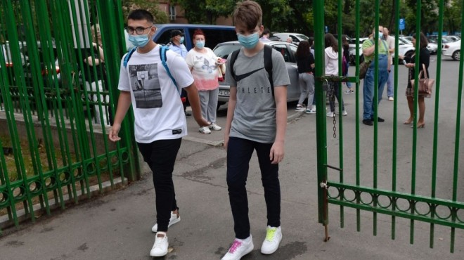 """Elevii contestă măsurile anunțate de Klaus Iohannis privind începerea noului an școlar. """"Suntem puși în pericol"""""""