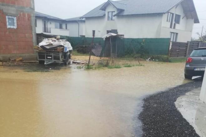 FOTO| Străzi inundate în comuna Păulești! Reacția primarului Sandu Tudor: Dacă nu vă convine vindeți și plecați