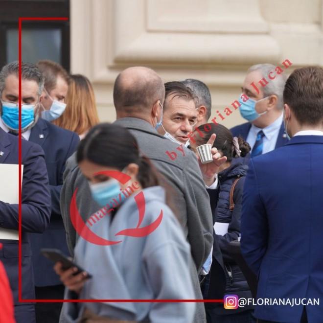 Regulile sunt pentru prosti. Orban, cu masca la bãrbie, inconjurat de VIP-uri. In paralel, bolnavii de rand sunt tinuti pe holurile spitalelor