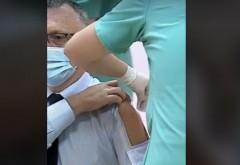 """Ministrul Sorin Cîmpeanu s-a prezentat la vaccinare cu o cămașă specială, cu """"fereastră"""""""