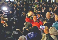 """Tupeu grosolan! Iohannis """"geacă roşie"""" s-a intors de la ski: Condamn politizarea protestelor"""