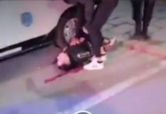 IMAGINI ŞOCANTE! Minor batut de jandarmi pana a ramas inconstient si abandonat intr-o balta de sange, la protestele din Braila