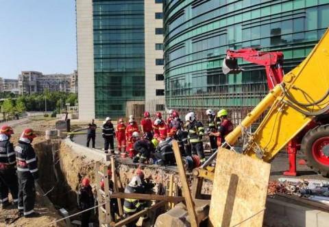 """""""M..ie Ponta si Dragnea!"""" Un muncitor mort, doi răniţi şi unul dispărut, după prăbuşirea unui mal de pământ în Capitală"""