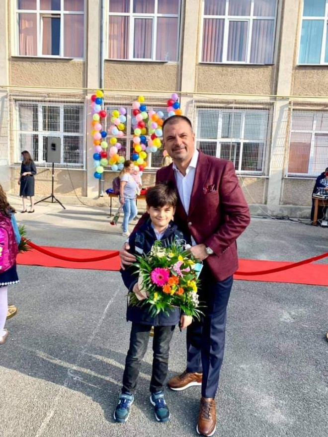 Mircea Rosca, alaturi de fiul sau in prima zi de scoala: Le doresc tuturor copiilor dragoste de carte si respect fata de profesori