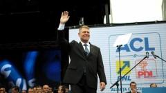 """Klaus Iohannis, drăcuit de cetăteni! Vezi aici ce """"dedicatii"""" a primit la intalnirea cu pensionarii"""