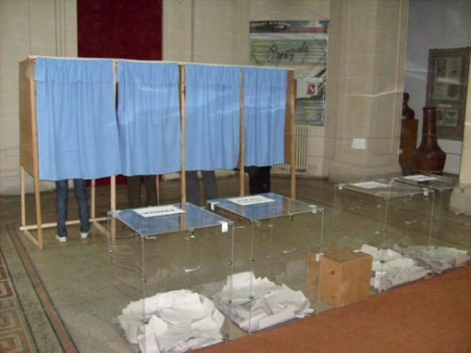 Peste 18 milioane de români sunt aşteptaţi duminică la vot. Tot ce trebuie să ştiţi despre ALEGERILE PREZIDENŢIALE