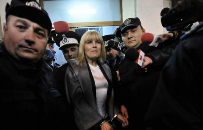Ce MESAJ a transmis Elena Udrea la ieşirea din sala de judecată