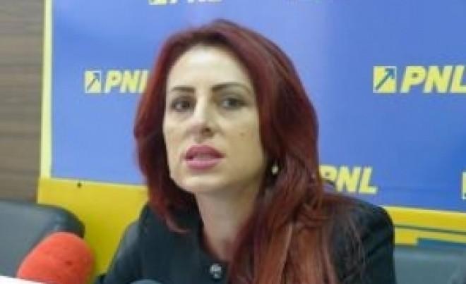 Câţi bani sparge în mall senatoarea PNL căreia nu îi ajung 1000 de EURO la coafor/ VIDEO