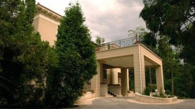 """NOI IMAGINI de la vila lui Iohannis: """"Facem toată casa DIN NOU. I-o fi frică de microfoane"""""""