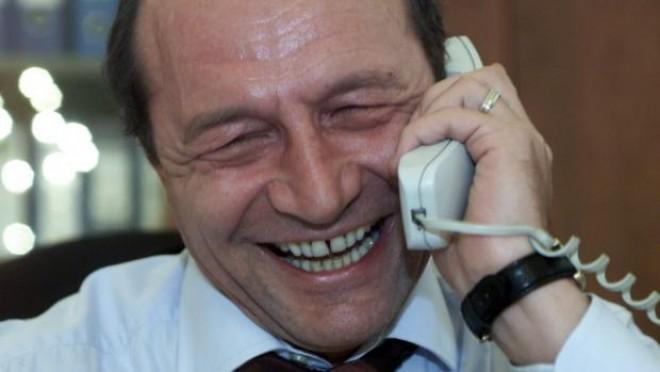 Traian Basescu şi-a făcut public numărul de mobil