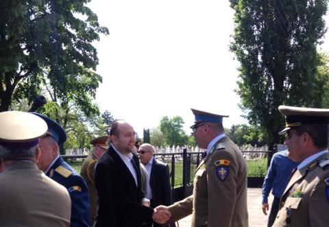 Raul Petrescu a depus o coroană la monumentul eroilor din cimitirul Bolovani FOTO