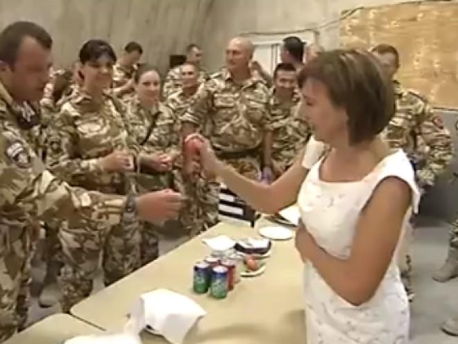 Carmen Iohannis a făcut SENZAȚIE între soldații din Afganistan VIDEO