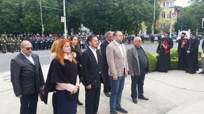 Raul Petrescu a depus o coroană de flori la monumentul Vânătorilor din Ploiesti, cu ocazia Zilei Independentei de Stat a Romaniei FOTO