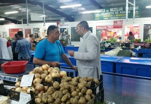 Candidatul UNPR la Primaria Ploiesti, de vorba cu vanzatorii din Piata Malu Rosu