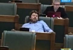 Senatorul USR Mihai Goţiu a fost surprins, din nou, dormind în plenul Parlamentului. Goţiu: Poza e făcută în timp ce clipeam