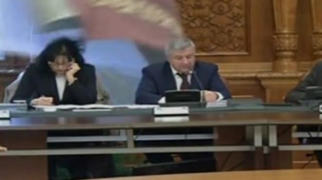 Moment comic cu Florin Iordache. Demnitarul, speriat de o fereastră care s-a deschis brusc din cauza vântului VIDEO