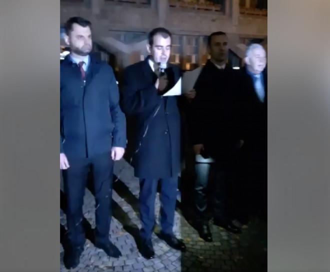 ULTIMA ORA/ Deputatul-fantoma Razvan Prisca citeste lozinci, in fata Primariei. Oamenii habar nu au cine e si ce cauta la Ploiesti