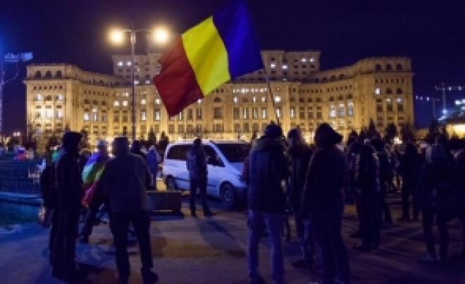 Multi manifestanti s-au adunat in fata Parlamentului, IGNORAND apelul USR de a nu organiza protest in zi de doliu national