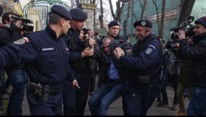"""Mălin Bot, săltat de jandarmi din faţa sediului PSD şi băgat în dubă alături de alţi protestatari. """"Nu aveau autorizatie si foloseau amplificatoare de voce"""""""