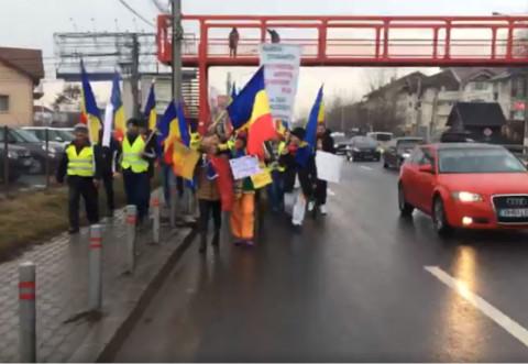 Cei 5 protestatari care au plecat pe jos din Cluj spre Capitală, huiduiți în apropiere de București