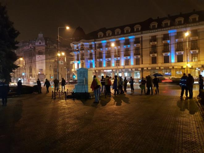 """Protestul de la Ploiesti a fost o fâsâialã. 20 de oameni au stat 15 minute """"la ceas"""""""