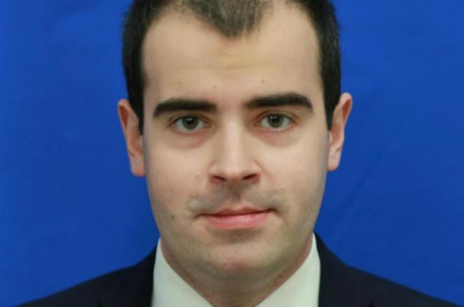 Tatăl deputatului Razvan Priscã folosește ilegal la mașină un ecuson eliberat de Camera Deputaților! Saracii, n-au si ei bani de parcare...