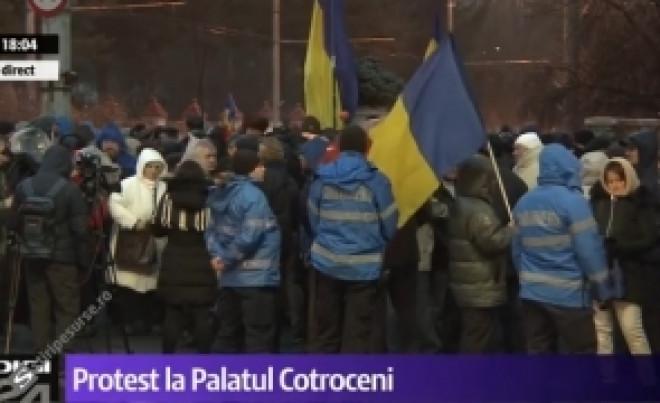 """A început PROTESTUL la Palatul Cotroceni: """"Iohannis şi DNA, la voi e corupţia"""""""