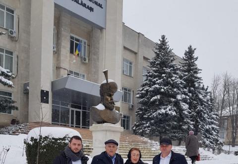 """Mihai Viteazul"" a fost asezat langa Stefan cel Mare, la Calarasi - Rep. Moldova. Donatia apartine SMV Ploiesti"