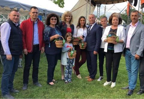 Politicienii din Prahova au gustat din ciresele de Paulesti, la Festivalul organizat de Primaria comunei