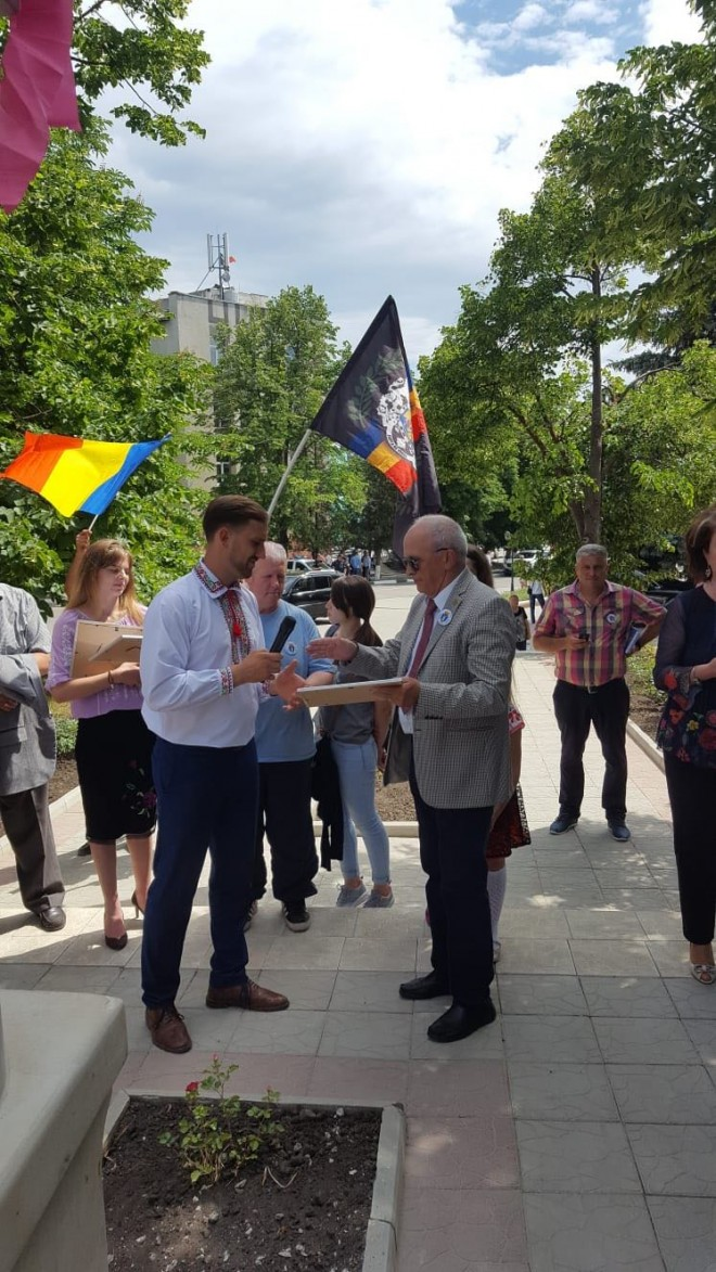 Sarbatoare mare la Nisporeni. Mircea Cosma si Ludmila Sfirloaga au oferit Placheta Centenar primarului, la implinirea a 400 de ani de la fondarea localitatii