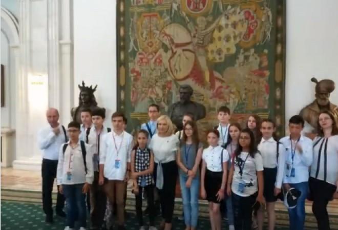 Elevii premianți din comuna Blejoi au vizitat Palatul Parlamentului, la invitatia deputatului Rodica Paraschiv
