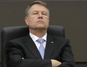 Klaus Iohannis, luat peste picior după ce și-a anunțat candidatura pentru un nou mandat: 'Președintele este de formă, iar lui i se potrivește mănușă'