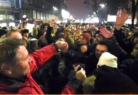 Unde e mediatorul? Iohannis INCITA BANDELE #REZIST – Klaus toarna gaz pe foc intr-o societate cuprinsa de ura si tensiune