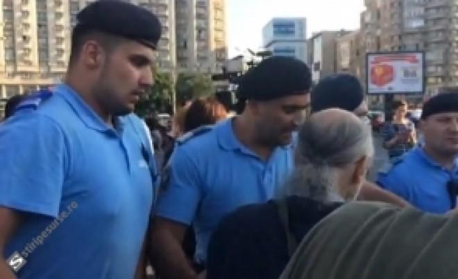 ULTIMA ORĂ Protestatarii se bat cu jandarmii, în Piața Victoriei - LIVE VIDEO